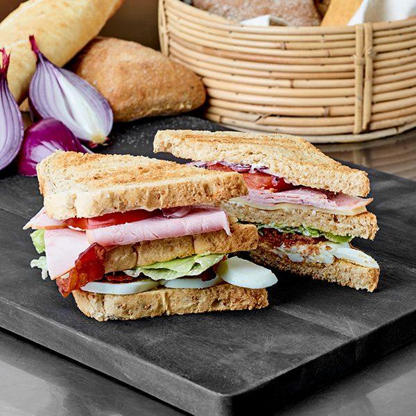 trekant sandwich med skinke ost bacon og æg