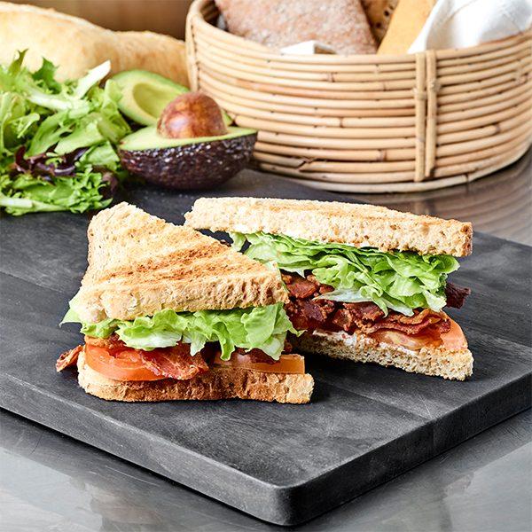 BLT Sandwich med bacon, frisk salat og tomat