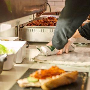 Deedee's personale laver sandwiches
