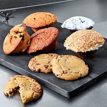 Muffins og hjemmebagte småkager på et skærebræt